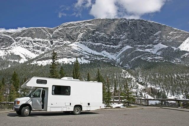 bild anwendungsgebiet gps tracker wohnwagen - Abenteuer Wintercamping: winterfest und sicher reisen